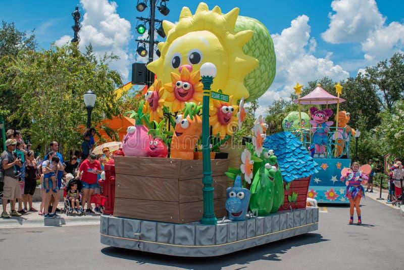 Flutuador colorido na parada do partido do Sesame Street em Seaworld fotos de stock