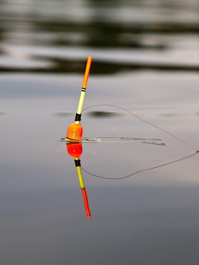 Flutuador da cor em uma água foto de stock