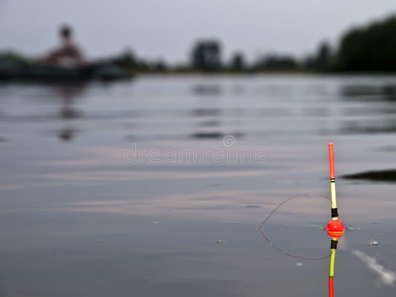 Flutuador da cor em uma água imagens de stock royalty free