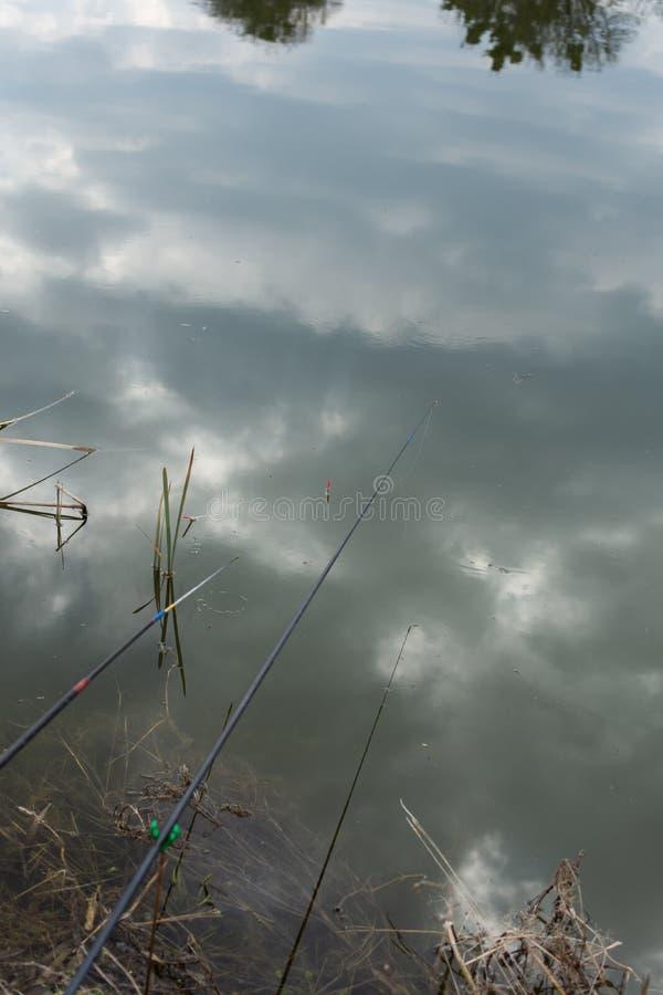 Flutuador da vara de pesca na ?gua fotografia de stock
