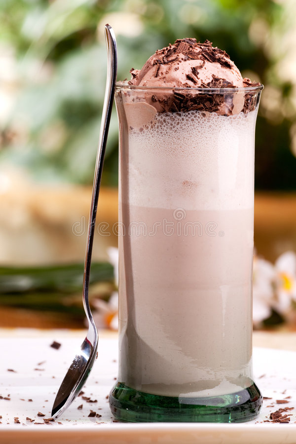 Flutuador do leite de chocolate imagens de stock