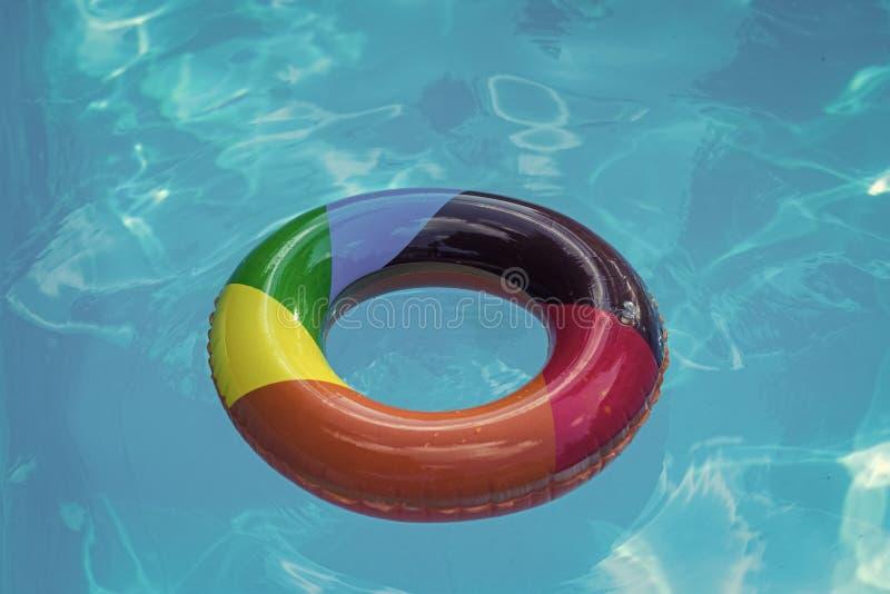 Flutuador inflável do anel na água azul da associação Férias e curso de verão ao oceano, Bahamas Maldivas ou Miami Beach relaxe imagens de stock