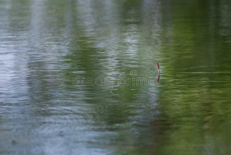 Flutuador para pescar na água foto de stock