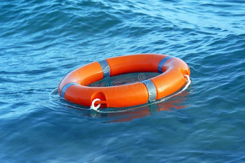 Flutuador vermelho do anel da associa??o do boia salva-vidas imagem de stock