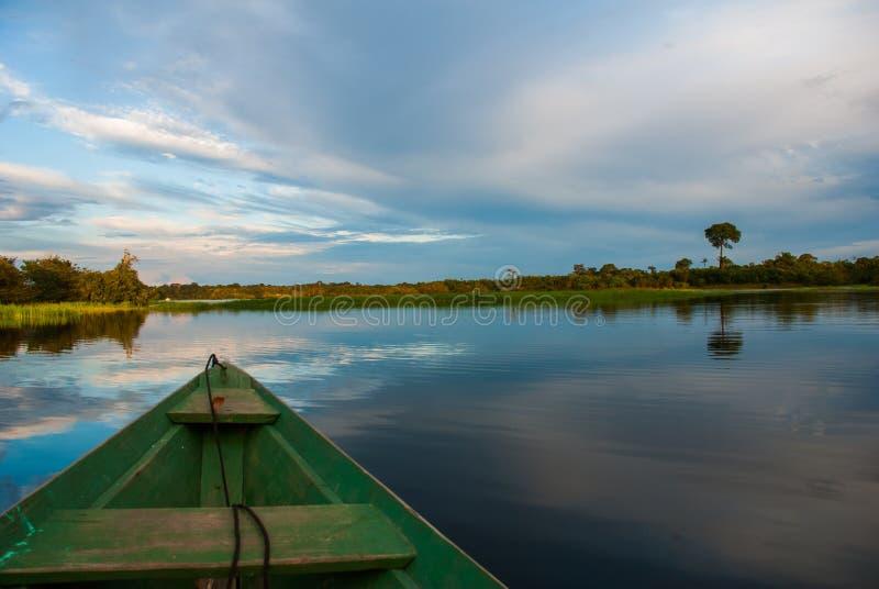 Flutuadores de madeira tradicionais do barco no Rio Amazonas na selva O Rio Amazonas Manaus, Amazonas, Brasil fotos de stock royalty free