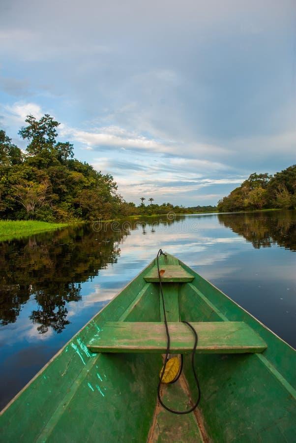 Flutuadores de madeira tradicionais do barco no Rio Amazonas na selva O Rio Amazonas Manaus, Amazonas, Brasil foto de stock
