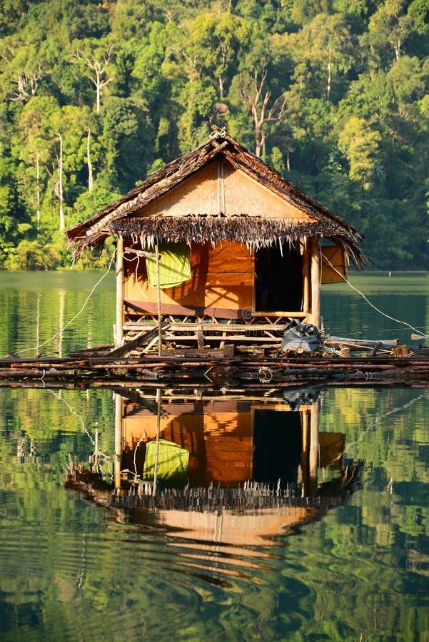 Flutuando em casa, lakein Tailândia do Lan de Cheow fotografia de stock royalty free