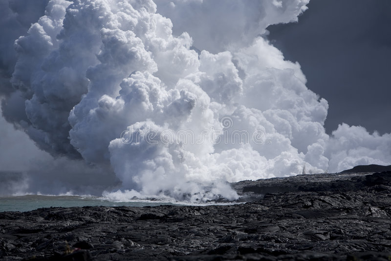 Flux de lave à l'océan 9920 images stock