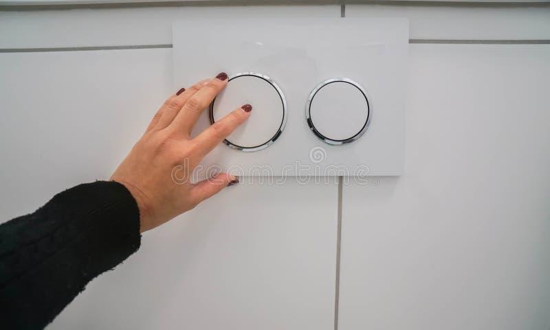 Flux de main gauche de femme la toilette au mur pour sanitaire images stock