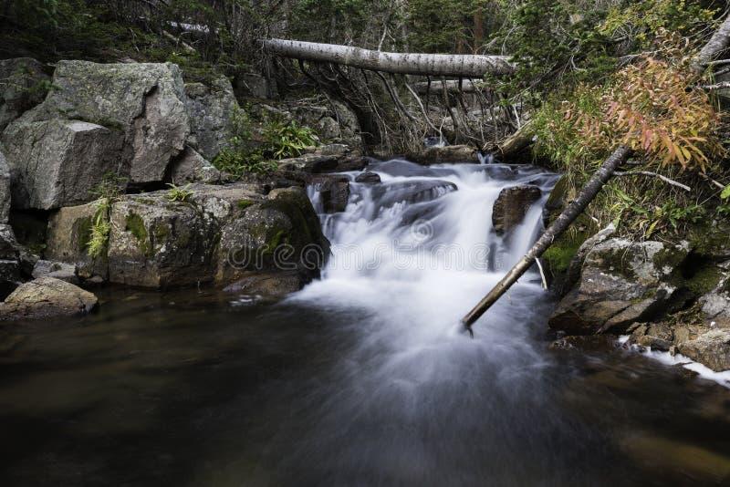 Flux de petites cascades photo stock