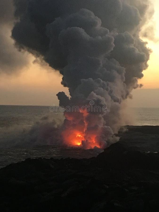 Fluxo de lava do vulcão na ilha grande Havaí do oceano fotografia de stock