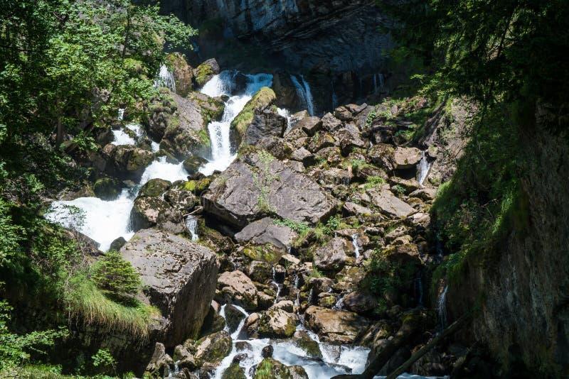 Fluya atravesando las rocas en las montañas suizas fotografía de archivo libre de regalías