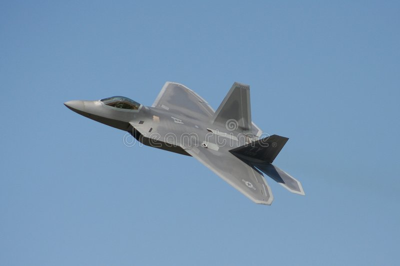 Flyby du rapace F-22 photos stock