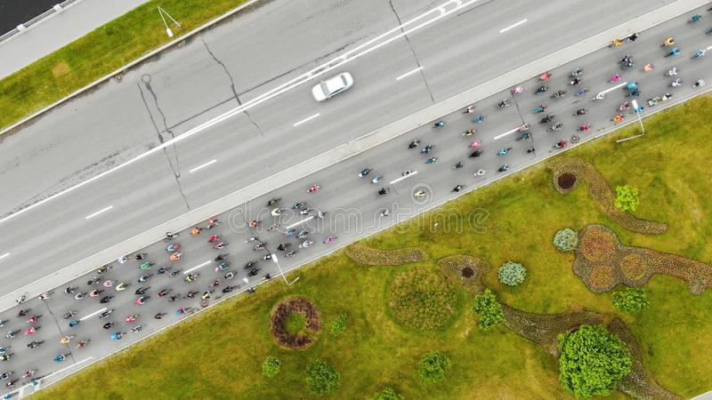 Flycam显示骑沿路的运动员流程自行车 库存图片