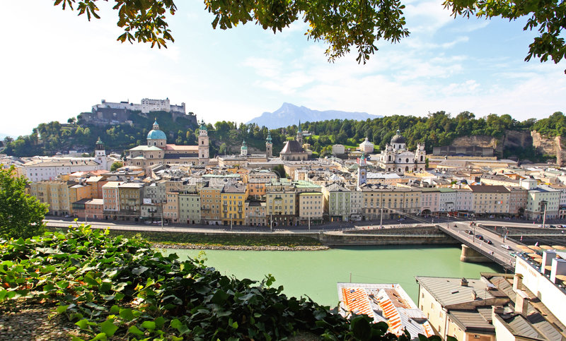 flyg- Österrike stadssalzburg sikt arkivfoto