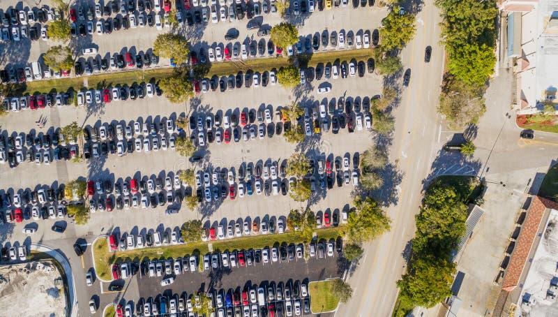 Flyg- över huvudet sikt av stor och fullsatt bilparkering royaltyfri bild