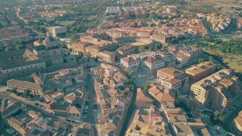Flyg över stad av Toledo tak in mot Plaza de Toros eller tjurfäktningsarena, Spanien royaltyfria bilder
