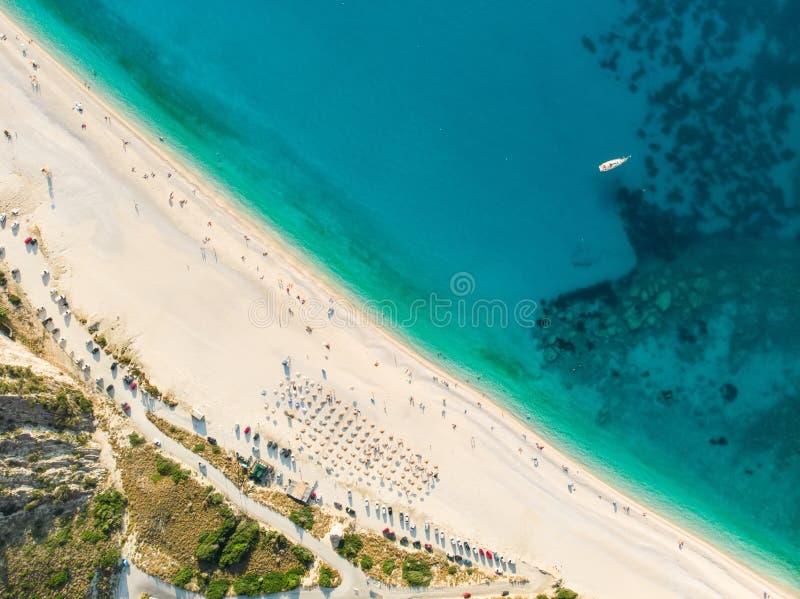 Flyg- överkant ner sikt av den Myrtos stranden, den mest berömda och mest härliga stranden av Kefalonia, en stor kust med turkosv royaltyfri foto