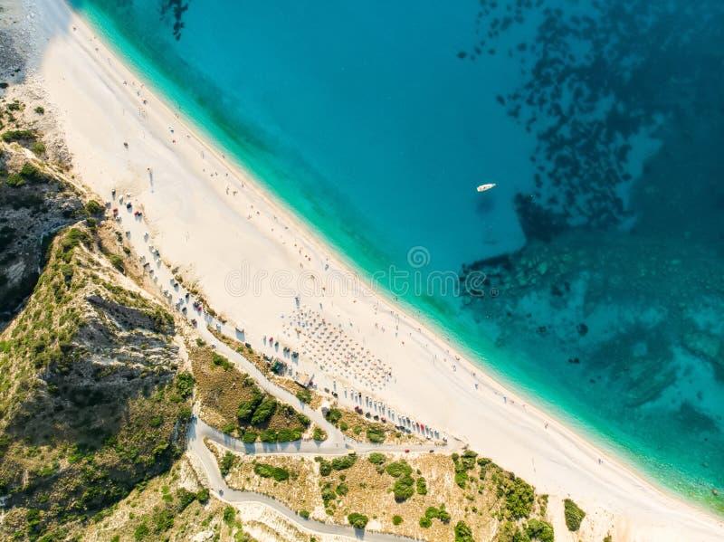 Flyg- överkant ner sikt av den Myrtos stranden, den mest berömda och mest härliga stranden av Kefalonia, en stor kust med turkosv royaltyfria bilder