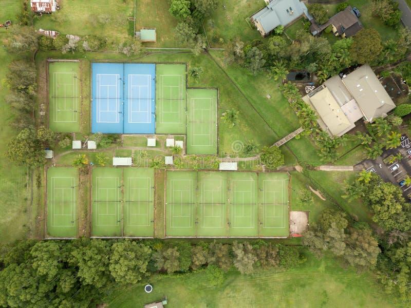Flyg- överkant ner sikt av tennismitten och lätthet och domstolar royaltyfri fotografi