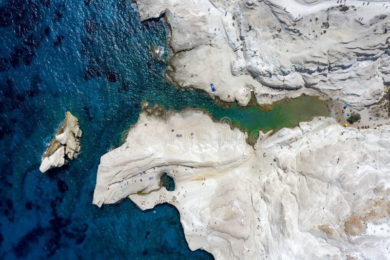 Flyg- överkant ner sikt till det Sarakiniko strandområdet i Milos, Cyclades, Grekland royaltyfria foton