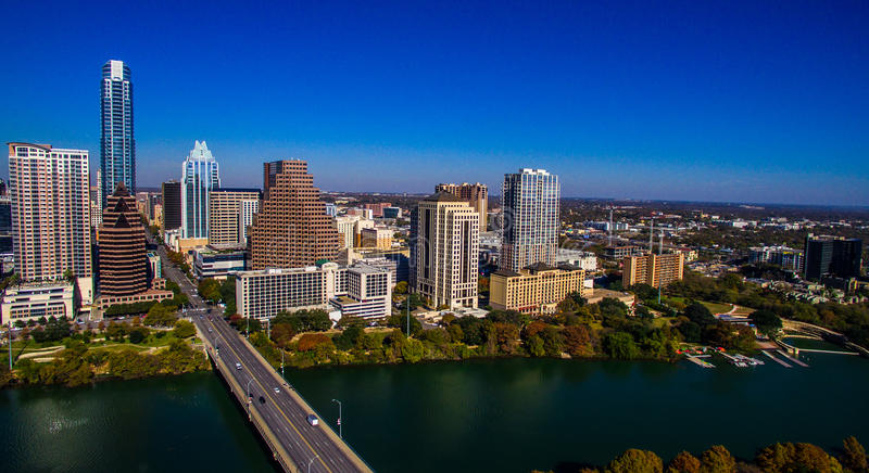 Flyg- Austin Texas Skyline South Congress Bridge som ser östlig arkivbilder
