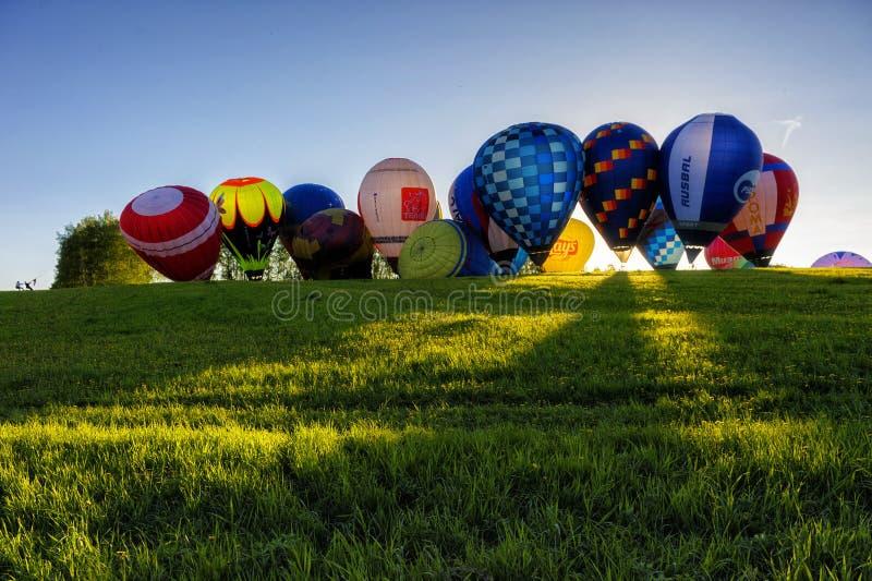 Flyg av en grupp av ballonger för varm luft i sommaren royaltyfri fotografi
