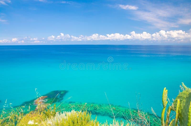 Flyg- bästa sikt av det härliga fantastiska Tyrrhenian havet med turkosvatten, tropisk seascape, ändlös horisont med ljus blå him arkivfoto