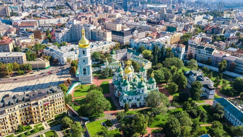 Flyg- bästa sikt av domkyrka- och Kiev stadshorisont för St Sophia från över, Kyiv cityscape, Ukraina royaltyfri fotografi