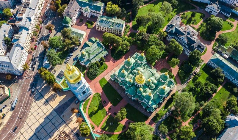 Flyg- bästa sikt av domkyrka- och Kiev stadshorisont för St Sophia från över, Kyiv cityscape, Ukraina royaltyfria foton