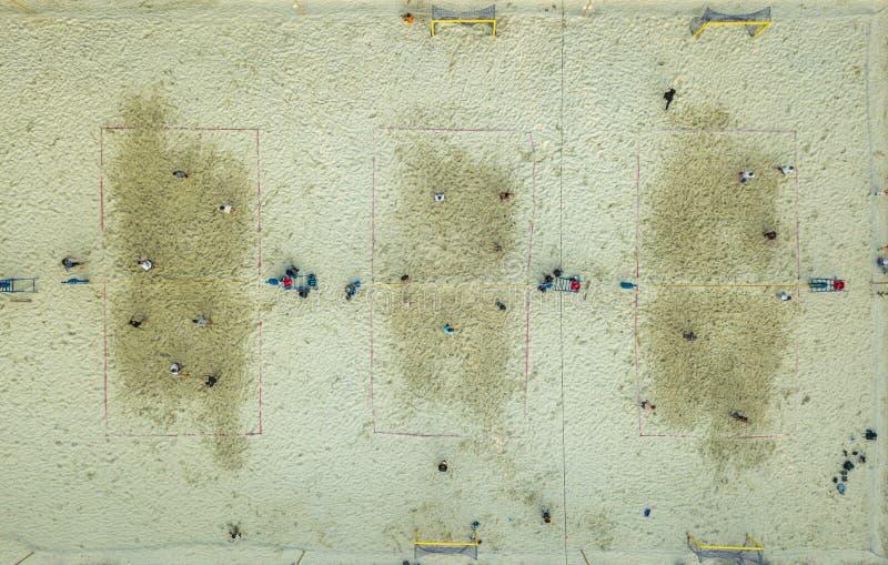 Flyg- bästa sikt av domstolar för sommarstrandvolleyboll med folk som spelar på sommardag arkivfoto
