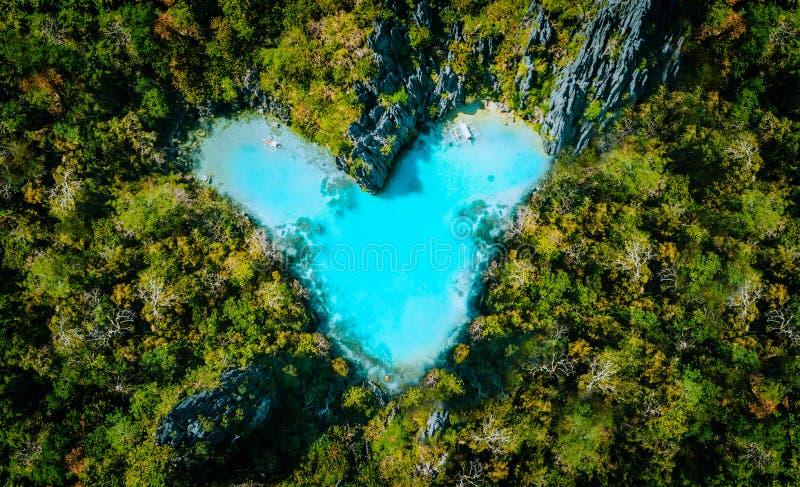 Flyg- bästa sikt av formade hjärtainsidan för turkos den lagun av den tropiska ön Begrepp för semester för förälskelseloppsommar arkivfoto