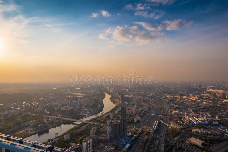 Flyg- bästa sikt av Moskvastadspanorama på solnedgången, flod och broar, vägar och byggnader i aftonmyst royaltyfri foto
