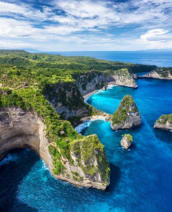Flyg- besk?da p? havet och vaggar Turkosvattenbakgrund fr?n b?sta sikt Sommarseascape fr?n luft Atuh strand, Nusa Penida, Bali, I arkivbild