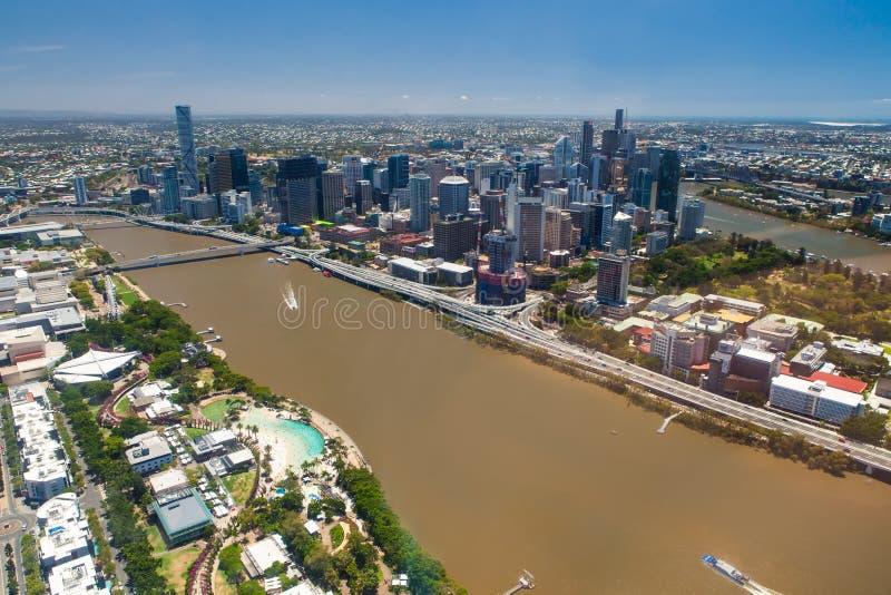 Flyg- bild av den Brisbane floden, staden och den södra banken, Queensland royaltyfria bilder