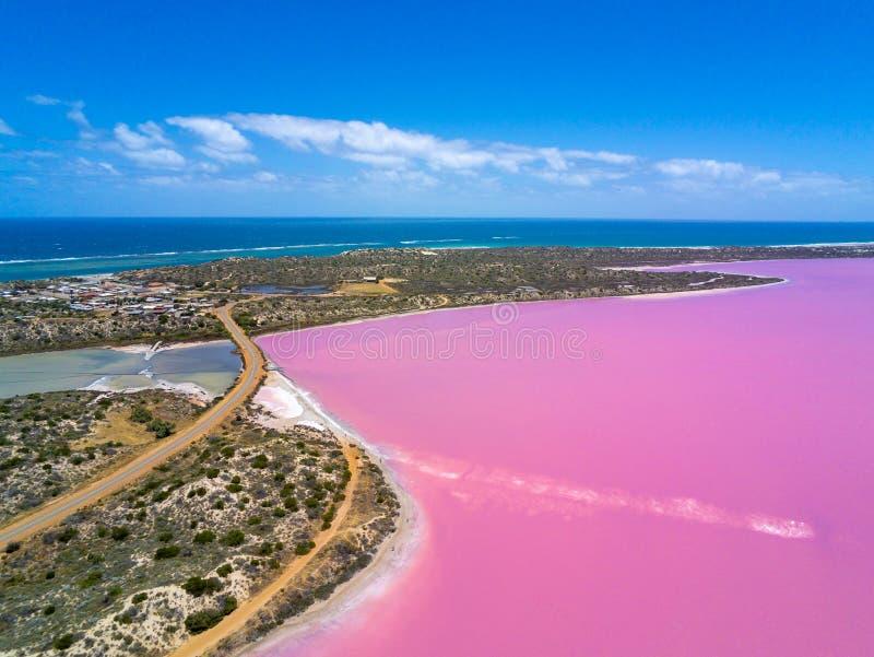 Flyg- bild av den rosa sjön och Gregoryen i västra Australien med Indiska oceanen i bakgrund fotografering för bildbyråer