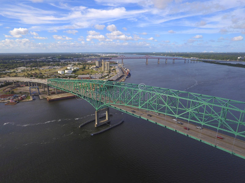 Flyg- bild av en bro över en flod royaltyfria bilder