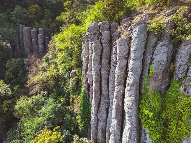 Flyg- bild från trevliga naturliga basaltkolonner i en vulkanisk kulle St George, nära sjön Balaton av Ungern arkivfoton