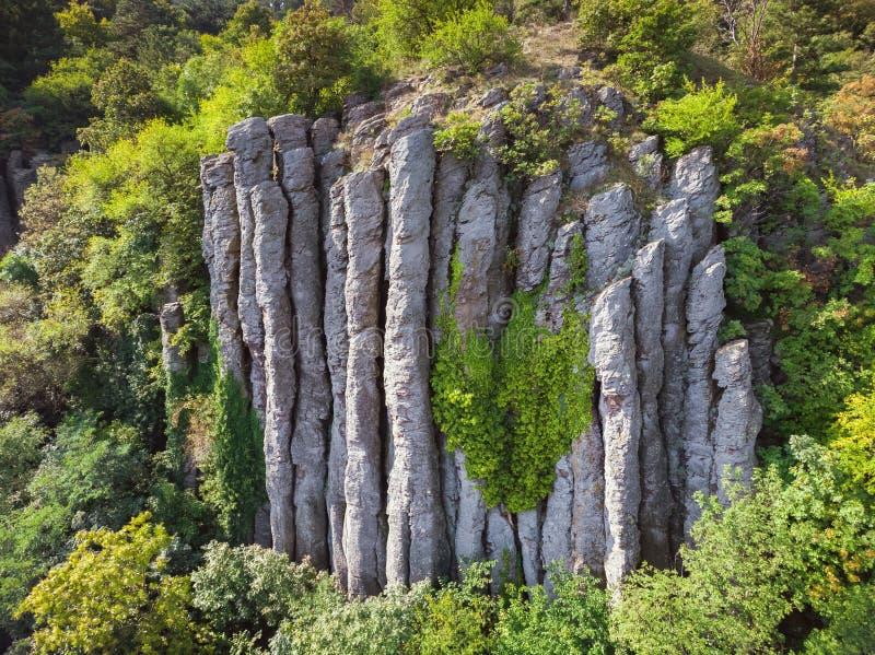 Flyg- bild från trevliga naturliga basaltkolonner i en vulkanisk kulle St George, nära sjön Balaton av Ungern royaltyfria foton