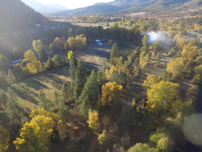 Flyg- bilder av Stillahavs- nordv?stliga lantliga lantg?rdar, floder, berg och ?ndl?sa Forrests Sydliga Oregon arkivfoto