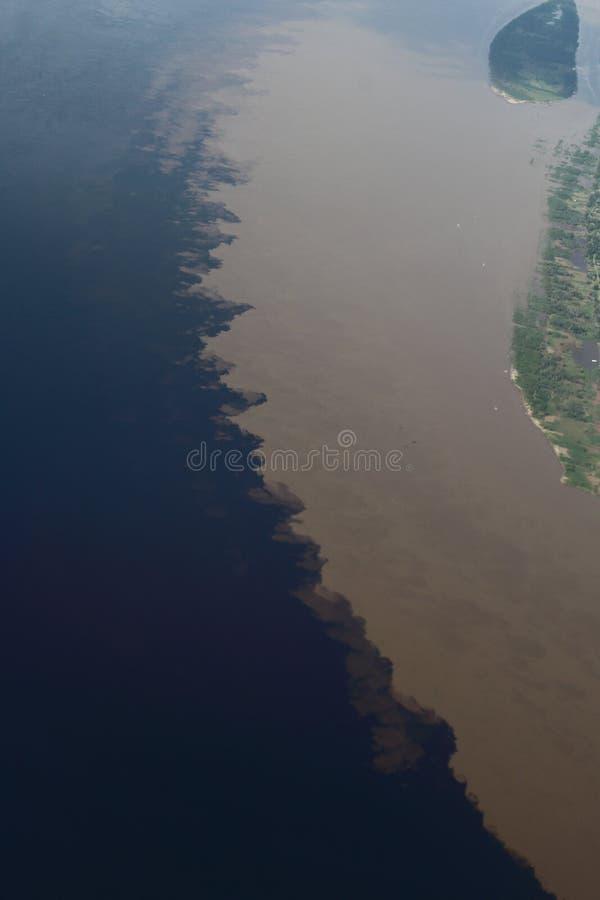 Flyg- bildOS-möte av vattnet En jätte- flod verkar det ett hav Den van vid fisken, navigerar, spelar, matar lokalt folk arkivfoto