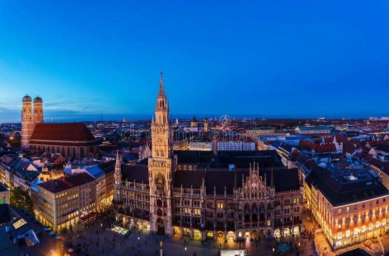 Flyg- bred panorama av det nya stadshuset och Marienplatzen på nig royaltyfria bilder