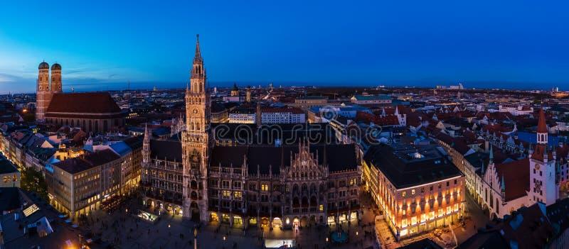 Flyg- bred panorama av det nya stadshuset och Marienplatzen på nig royaltyfri fotografi