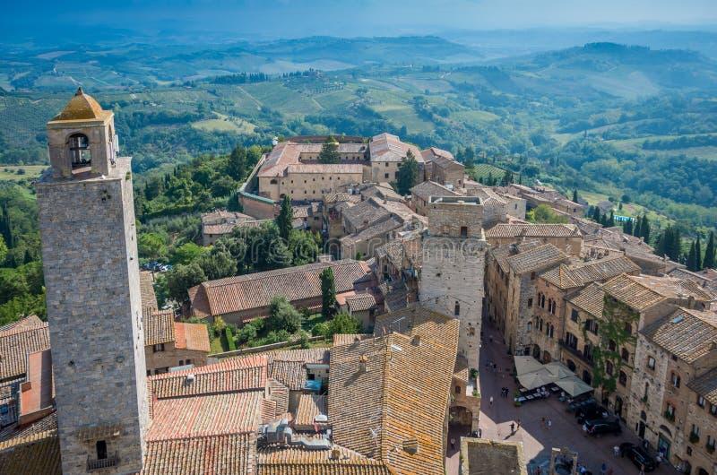 Flyg- bred vinkelsikt av den historiska staden av San Gimignano med Tuscan bygd, Tuscany, Italien arkivfoto