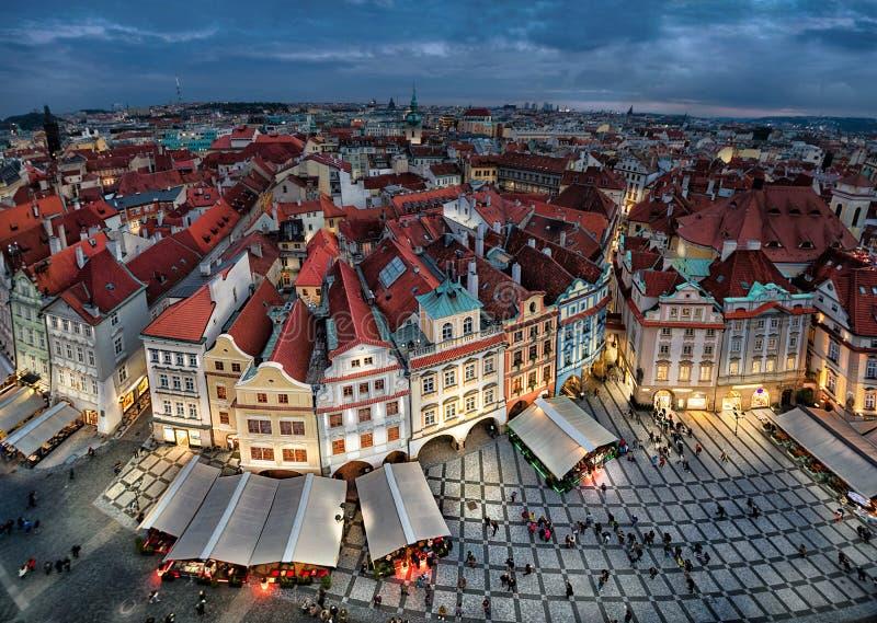 Flyg- cityscape av Prague med färgrika byggnader på skymning arkivbilder