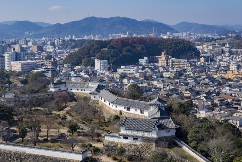 Flyg- cityscape från den vita hägerslotten - Himeji arkivbild