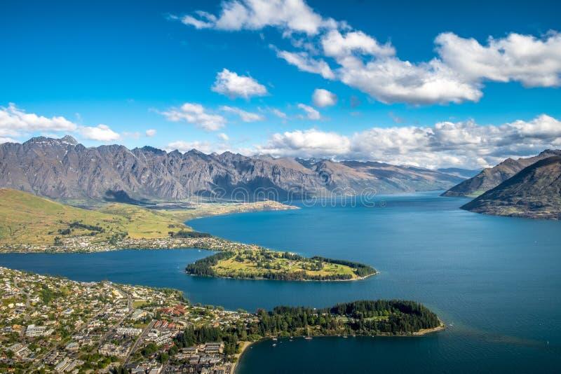 Flyg- Cityscapesikt av Queenstown, Nya Zeeland fotografering för bildbyråer