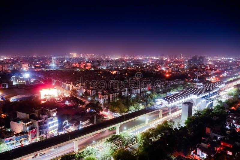 Flyg- cityscapeskott av Noida, delhi, grugaon på skymningnatten arkivfoton
