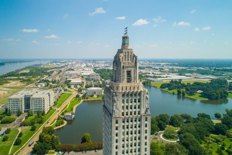 Flyg- closeup av byggnaden för Louisiana statKapitolium och den välkomna mitten i Baton Rouge royaltyfri bild