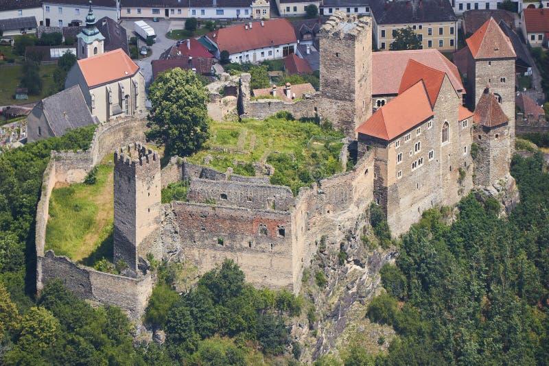 Flyg- closeupsikt av den medeltida slotten Hardegg i Österrike arkivbilder